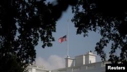 Quốc kỳ Mỹ tại Tòa Bạch Ốc được treo rũ trở lại vào chiều thứ Hai 27/8 để vinh danh TNS John McCain, sau khi được giương lên vị trí bình thường sau nửa đêm Chủ nhật. Ảnh chụp ngày 27/8/2018. REUTERS/Leah Millis