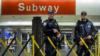 Polisi berjaga di Terminal Bus Port Authority, menyusul ledakan dekat Times Square, New York, Senin, 11 Desember 2017.