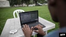 Un ingénieur congolais sur son ordinateur, le 25 février 2015 à Kinshasa.