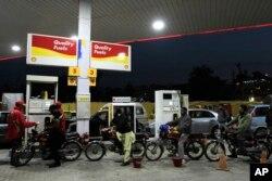 پیٹرول کی قیمتوں میں اضافے کے حکومتی فیصلے پر سخت تنقید کی جا رہی ہے۔ (فائل فوٹو)