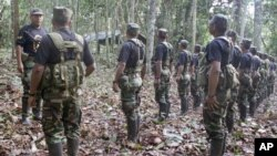 """El cabecilla de Sendero Luminoso, alias """"camarada Artemio"""", con un grupo de sus guerrilleros en la selva."""