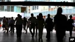 13일 일본 도쿄 유라쿠초 쇼핑지구의 행인들. 일본은 올해 2분기 경제성장률이 지난 2011년 동일본 대지진 이후 최저치를 기록했다.