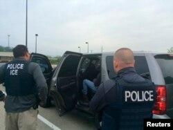 ARCHIVO - Agentes de la unidad de Operaciones de Detención de la agencia de Inmigración y Aduanas de EE.UU. durante una operación contra delincuentes extranjeros y otros infractores de inmigración en Filadelfia. Fotografía publicada el 11 de mayo de 2016.