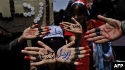 Phụ nữ Yemen tham gia biểu tình chống chính phủ đưa bàn tay với hàng chữ viết đòi Tổng thống Saleh từ chức