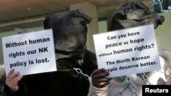 Những người Bắc Triều Tiên đào tị, đang sống ở Nam Triều Tiên, biểu tình gần Đại sứ quán Mỹ ở Seoul, yêu cầu cải thiện tình hình nhân quyền ở Bắc Triều Tiên
