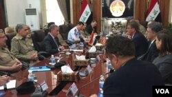 Menteri Pertahanan Amerika Ash Carter (tengah, kanan) bertemu dengan Menteri Pertahanan Irak Khaled al-Obaidi di Baghdad, Irak, 18 April 2016. (Foto: VOA/C. Babb via Twitter)