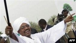 Tổng thống Sudan al-Bashir của Sudan du hành đã sang A-rập Saudi coi thường Tòa Hình sự Quốc tế muốn bắt ông về tội ác chiến tranh và diệt chủng