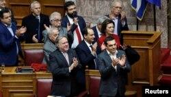 Thủ tướng Hi Lạp Alexis Tsipras và các thành viên trong chính phủ của ông vỗ tay sau cuộc biểu quyết phê chuẩn thỏa thuận đổi tên Macedonia, Athens, Hi Lạp, ngày 25 tháng 1, 2019.