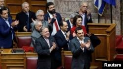 希臘總理齊普拉斯和政府成員在議會表決批准希臘與馬其頓達成的協議後鼓掌。(2019年1月25日)