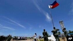 菲律賓軍人在(派格阿薩島)中業島上舉行升旗儀式。(資料照片)