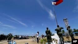 菲律宾军民在南中国海派格阿萨岛(中国称中业岛)上举行升国旗仪式