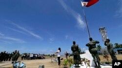 资料照:菲律宾人在(派格阿萨岛)中业岛上举行升旗仪式 (2015年5月11日)