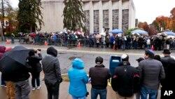 """Warga AS berkumpul di sinagoge kota Pittsburgh, di mana penembakan bermotif """"hate crime"""" menewaskan 11 orang (foto: ilustrasi)."""