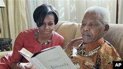 Bi. Michelle Obama akiwa rais wa zamani wa Afrika Kusini Nelson Mandela nyumbani kwake Houghton, Afrika Kusin