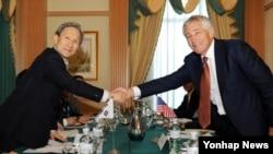 28일 브루나이 수도 반다르스리브가완에서 열린 제2차 아세안 확대 국방장관회의에 참가한 김관진 한국 국방장관(왼쪽)과 척 헤이글 미국 국방장관이 회담에앞서 악수하고 있다.