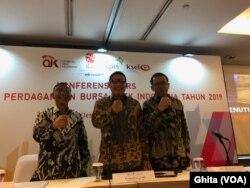 Dari kiri: Dirut Utama PT KPEI, Dirut PT BEI, Dirut KSEI dalam konferensi Pers Tutup Tahun 2019 di BEI, Jakarta, Senin, 30 Desember 2019. (Foto: VOA/Ghita)