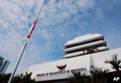 Bendera Indonesia dikibarkan setengah tiang di KBRI Kuala Lumpur, Malaysia, Senin, 28 Januari 2008. (Foto: AP/Lai Seng Sin)