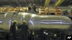 Tư liệu - Các công nhân đang làm việc với một bộ phận máy phát điện thuộc nhà máy điện hạt nhân Bushehr, ngay bên ngoài thành phố miền nam Bushehr, Iran, ngày 26 tháng 10 năm 2010.