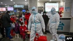 Pèsonèl medikal chinwa k ap patisipe nan efò pou bloke pwopagasyon epidemi kowonaviris la. (Foto: Hector RETAMAL / AFP).