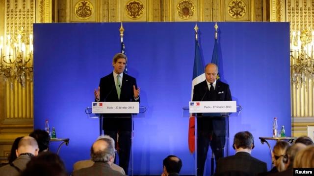 Američki državni sekretar Džon Keri na zajedničkoj konferenciji za novinare sa francuskim šefom diplomatije Loranom Fabiusom u Parizu, 27. februara 2013.