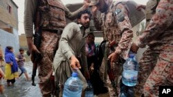 資料照片:巴基斯坦軍方向卡拉奇地區受災民眾派發清潔飲水和食品(2020年8月26日)