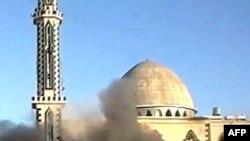Hình từ YouTube hôm 8/2/2012 cho thấy khói bốc lên sau vụ nổ trước một đền thờ Hồi giáo trong khu vực Baba Amr ở thành phố Homs