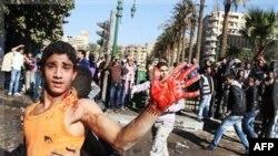 Một người biểu tình Ai Cập giơ bàn tay rướm máu gần quảng trường Tahrir ở Cairo, Ai Cập, Chủ Nhật 18/12/2011