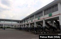 Kondisi Terminal Purabaya yang sedang tidak beraktivitas karena penerapan PSBB, 28 April 2020. (Foto: Petrus Riski/VOA)