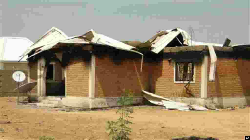Wani dan sanda yana duba gine gine da ababan hawa da kuma makamai bayan harin da kungiyar Boko Haram ta kai a Damaturu ranar 25 da 25 ga watan Oktoba. An dauki hotunan ranar 28 ga watan Oktoba, 2013.