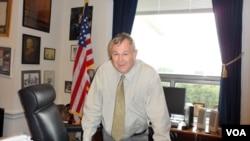 罗拉巴克众议员在他的办公室 (美国之音杨晨拍摄)