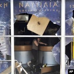 抗議者破壞了財政部一樓的郵電局