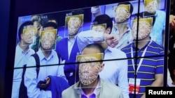 資料圖片:民眾在深圳一個公安科技產品展覽會上體驗人臉識別技術。