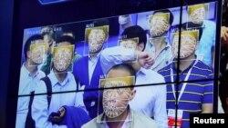 在深圳一個公安科技產品展覽會上體驗人臉識別技術。