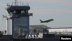 飞机在莫斯科机场起飞(资料照)