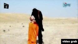 Steven Sotloff pandan yon militan islamik tap koupe tèt li.