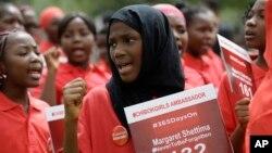 Des manifestants réclamant la libération de 276 lycéennes enlevées un an plus tot à Chibok, Nigéria,