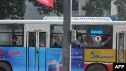 Người biểu tình bị bắt lên xe buýt chở về đồn công an