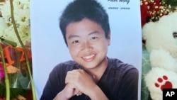 2018年2月16日,佛罗里达州帕克兰的纪念场所有15岁的华裔学生王孟杰(Peter Wang)的照片。面对枪击案凶手,他勇敢地顶住门,让同学先离开,最后不幸牺牲。