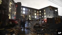 Puing-puing terlihat berserakan pasca hantaman tornado di Nashville, Selasa pagi, 3 Maret 2020.