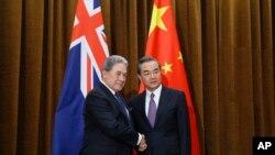 中国外交部长王毅5月25号在北京会晤新西兰外长彼得斯