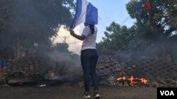 Un periodista que reportaba en vivo en la red social Facebook, fue la más reciente víctima de la violencia que azota a Nicaragua tras la intensa represión gubernamental a protestas mayormente de universitarios contra reformas al sistema de pensiones, esta semana. Abril 21 de 2018. Foto: Celia Mendoza, VOA.