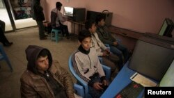 Suasana di sebuah kafe game di Kabul, Afghanistan, 2 Maret 2014. (REUTERS/Morteza Nikoubaz)