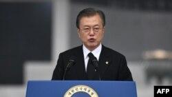 문재인 한국 대통령이 6일 서울 동작구 국립서울현충원에서 열린 제64회 현충일 추념식에서 추념사를 하고 있다.