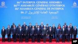 26일 중국 베이징에서 열린 인터폴 총회에서 시진핑 국가주석(가운데)이 참석자들과 기념촬영을 하고 있다.
