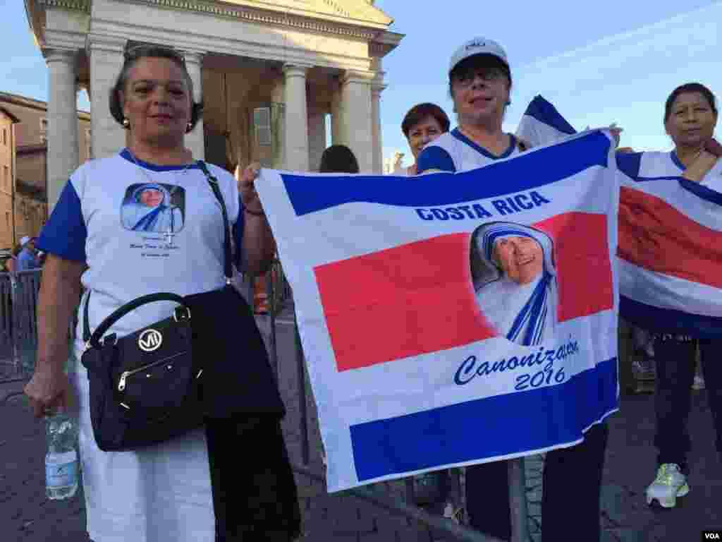 Creyentes de la Madre Teresa de Calcuta acudieron desde países como Costa Rica a la ceremonia de canonización. [Foto: Celia Mendoza, VOA].