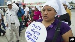 12月15号,一名妇女在利马举行示威,要求给予移民有尊严的医疗待遇