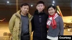 2018年初,不满19岁的包卓轩在经历了被摄像头和保安人员两年的全天候监视之后,获准离开中国前往澳大利亚求学。图为他离开前,在北京首都国际机场和妈妈王宇、爸爸包龙军在一起。(本人提供)