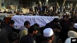 Warga Afghanistan membawa peti jenazah Mohammad Yousuf Rasheed, kepala Forum Pemilihan Bebas dan Adil (FEFA) Afghanistan, dalam upacara pemakamannya, di Kabul, Afghanistan, Rabu, 23 Desember 2020.