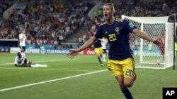 اوولا تویوونین، مهاجم سویدنی که از به ثمر رساندن گول در برابر آلمان تجلیل می کند.