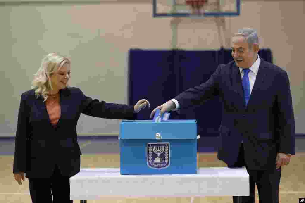 بنیامین نتانیاهو به همراه همسرش در انتخابات امروز اسرائیل شرکت کرد. او که رکورد طولانیترین نخست وزیر این کشور را دارد، امیدوار است که بعد از دو انتخابات سالجاری، اینبار پیروز شود و دولت تشکیل دهد.